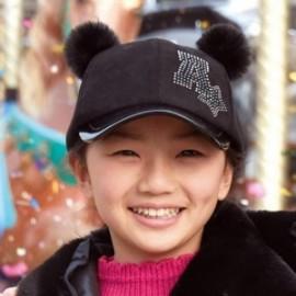 Czapka z daszkiem i pomponami dla dziewczynki Mayoral 10709-63 Czarny